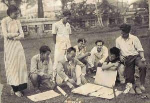 Avec ses élèves en extérieur, 1955